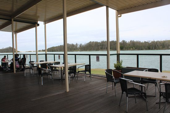 Nambucca Heads, Australia: Outside deck with river views