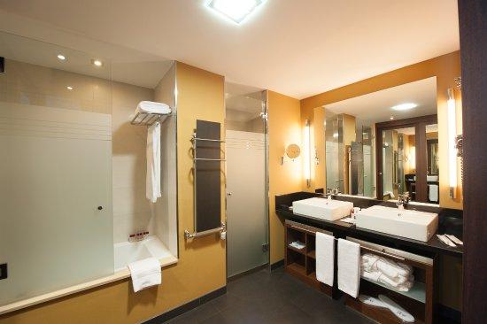 Bao y vestidor de las habitacin doble fotografa de SOMMOS Hotel