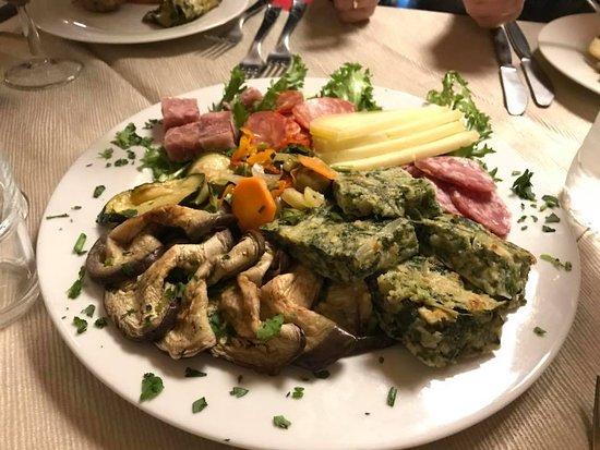 Solarino, Italia: antipasto paesano insaccati, formaggi di capra e verdure di stagione,
