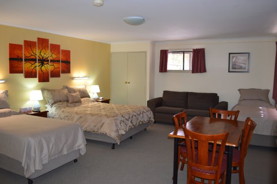 Morgan, Australia: Executive Suite also has kitchenette with crockery and cutleryand en suite with separate toilet.
