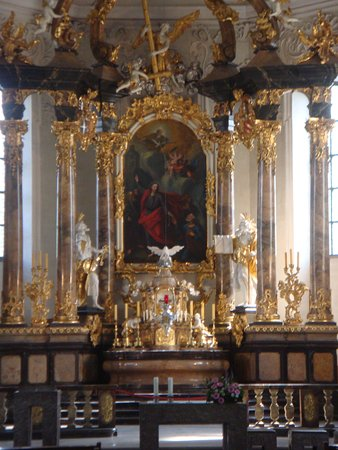 Bruchsal, Duitsland: ... the main altar in a different lighting