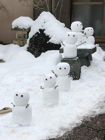 Nosegawa-mura, Japan: 冬は雪が積もるので、こんな雪だるまを作って遊べます。そり遊びも雪合戦も楽しめます
