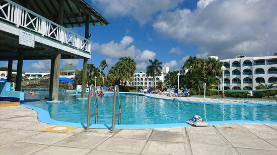 Bolans, Antigua: There are two pools on this resort. This one is the bigger pool where the bar and grill is locat