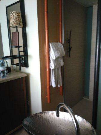 Centara Grand Mirage Beach Resort Pattaya: hand sink and shower rack