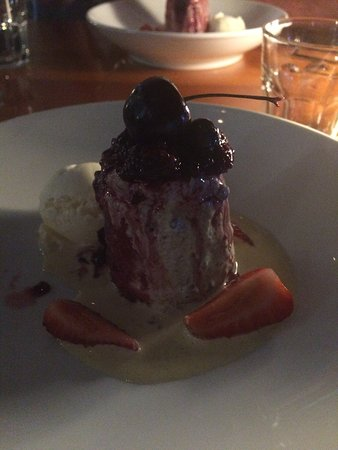 Anchorage Restaurant: Summer berry pudding, vanilla ice cream, anglais, strawberries