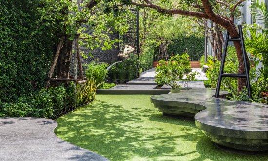 Holiday Inn Express Bangkok Soi Soonvijai Healing Garden Daytime ...