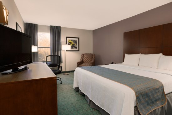 Pool - Picture of Days Inn & Suites by Wyndham Kinder - Tripadvisor
