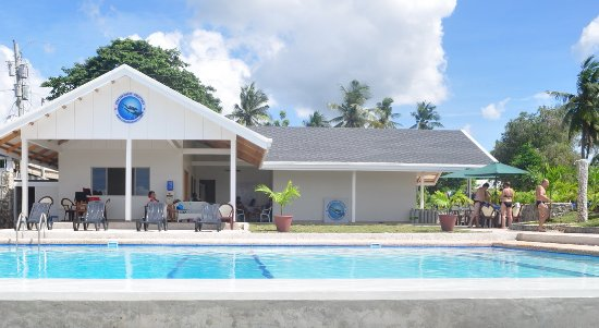Moalboal, Filippine: Big spacious dive shop with training swimming pool for dive courses