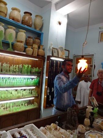 Valle de los Reyes: お店には光を透き通す石器がいっぱい並んでいました。