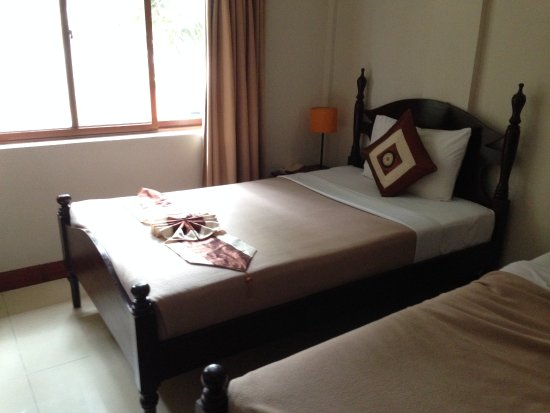 Anise Hotel: Nice large room with big window and large bedding