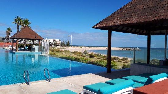 Seashells Mandurah: Horizon pool right next to the beach