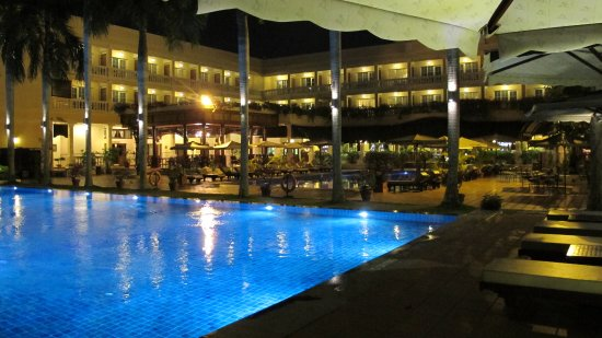 Victoria Can Tho Resort: The big pool and restaurant