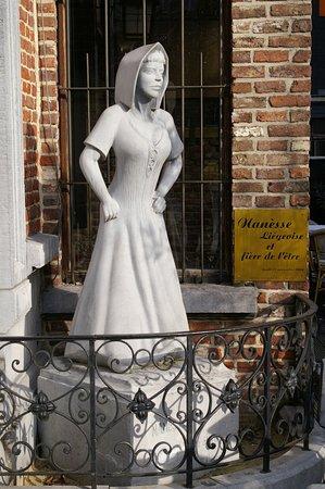 Amon Nanesse : La statue à l'extérieur du restaurant