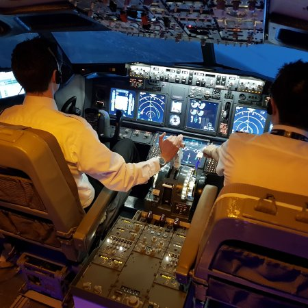 Wolvey, UK: An evening flight in our Boeing 737-800 simulator