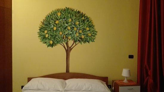 Dipingere Parete Dietro Il Letto : Dipinto murale che decora la parete dietro il letto foto di bed