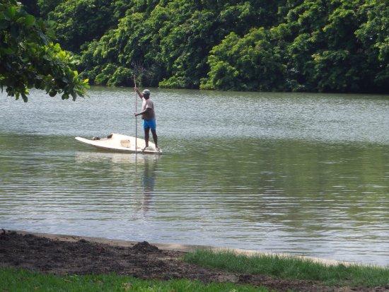 The River House : Un pêcheur sur la rivière.