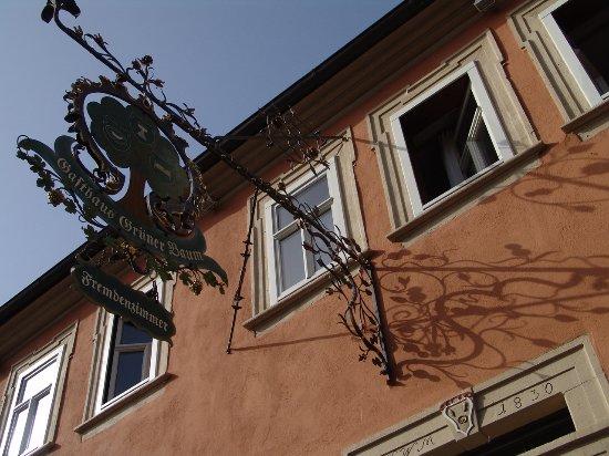 Prichsenstadt, Niemcy: Kaum zu übersehen: der grüne Baum