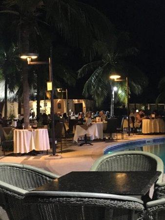 Royam Hotel: Diner au bord de la piscine