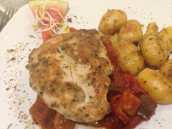 Moselkern, Alemania: Mmm, superzachte kippenborst met verse Provençaalse saus waar je de aubergines letterlijk in pro