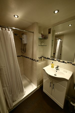 Holmes Chapel, UK: Immaculate shower room