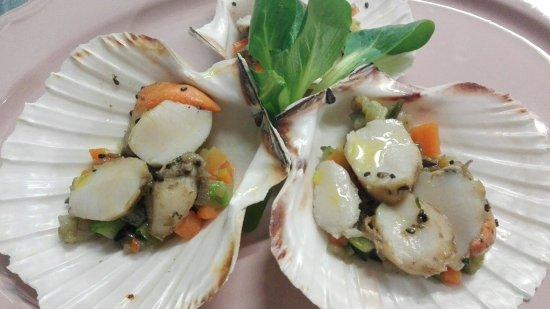 Dogana, San Marino: Capesante saltate al sesamo nero con brunoise di verdure
