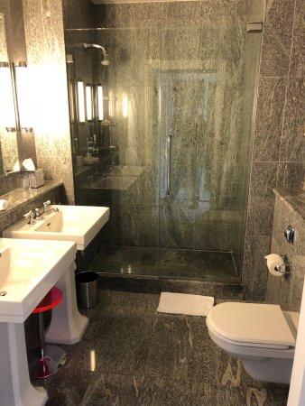 Crosby Street Hotel: Clean Bathroom Design