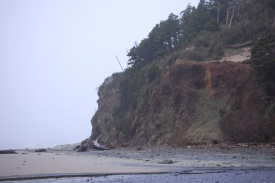 Happy Camp Hideaway: Coastline from the beach.