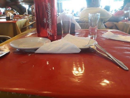 Rondinella : Uma parte da mesa e área externa do restaurante.