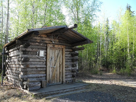 Fairbanks Princess Riverside Lodge: Little historic cabin on hotel grounds. Nice backdrop.