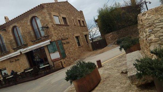 Sant Feliu de Boada, Spain: El bisbe mort al fons
