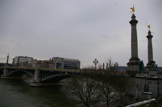 Pont de Fragnee: Le pont sur la Meuse