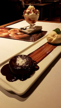 Camaroes Restaurante: Petit gateau de chocolate e taça romeu e julieta