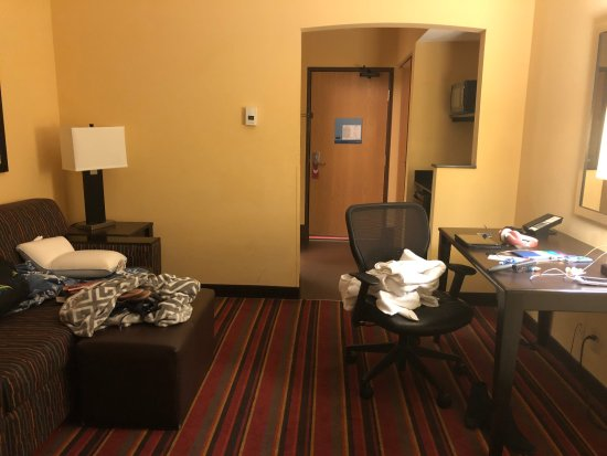 Hampton Inn Glenwood Springs: Common area of two-room suite with 1K and 2Q
