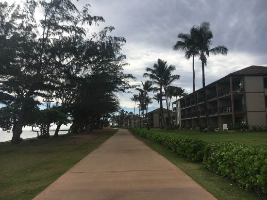 Pono Kai Resort: Walking path between the resort and the beach!!