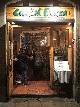 Euskal Etxea Taberna : bar entrance