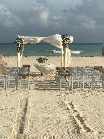 Sandos Playacar Beach Resort: Ceremony Set up!