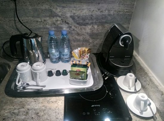 Makkah Clock Royal Tower, A Fairmont Hotel: Mini bar,mini kitchen with electric stove and espresso machine