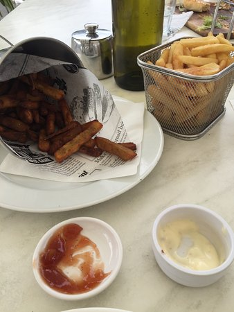 Riverside Cafe : bucket of kumara fries with aioli and tomato sauce and normal fries