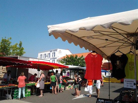 Vendee, France: Le marché du samedi matin au coeur de Fromentine, à 100 m de l'Océane