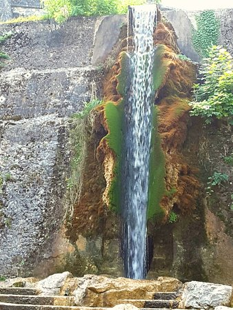 Pont en Royans, Francia: cascade de l'aire de détente publique attenante à l'hôtel