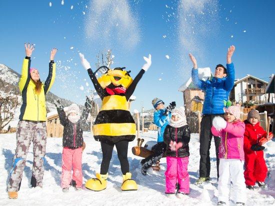 Alpino Family Hotel : La mascotte Ape Gaia assieme ai bambini nel parco dell'hotel