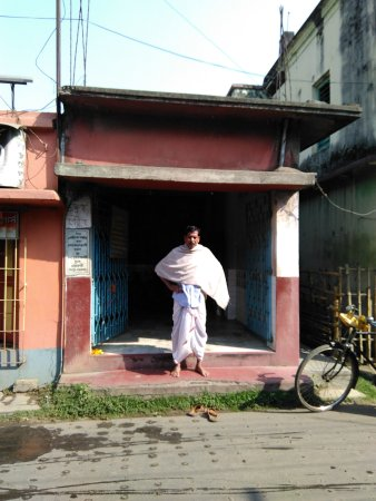 Tarakeswar, Indien: A prist is standing in front of the where a man became stone due the wreth of the lord siva.