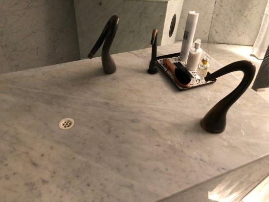 Felix: Men's Bathroom - Washing Table