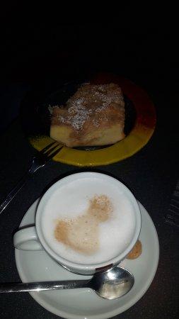 Schwabenheim an der Selz, Alemanha: Apfelstreusel Kuchen & Cappuccino