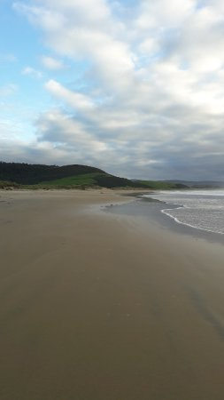 Tokanui, New Zealand: 100m walk across dunes to beach
