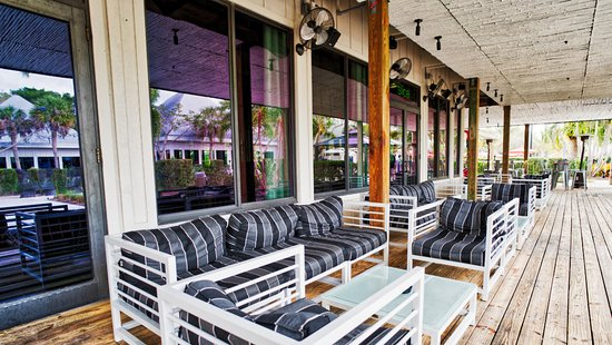 Port Saint Lucie, FL: Outdoor seating outside the Slice Bar