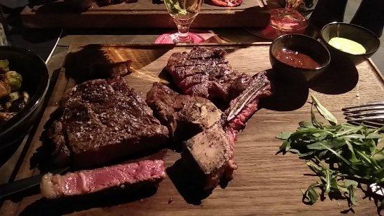 Beef 800: T-Bone Steak vom irischen Nature Rind. Medium Rare auf den Punkt gebraten und schon gelöst