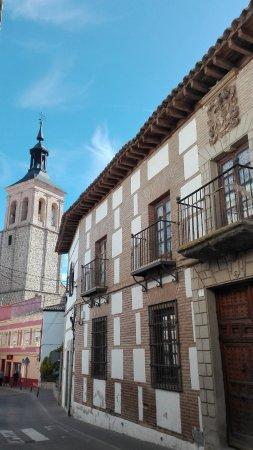 Mora, Spain: Vista de la Iglesia desde la calle de la casa de las Cuentas.