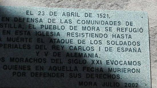 Placa que conmemora el ataque de las tropas del Emperador Carlos a los moreños que se refugiaron