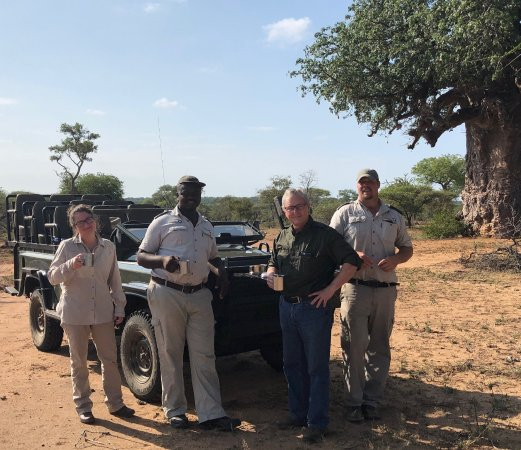 Timbavati Private Nature Reserve, Sydafrika: My husband and daughter along with Ranger Mike and Tracker Doug